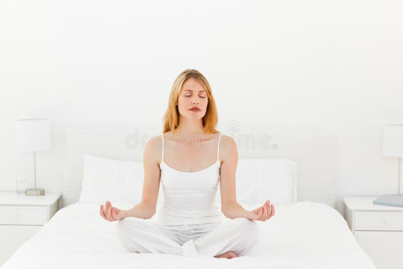 供她的运作女子瑜伽住宿 免版税库存照片