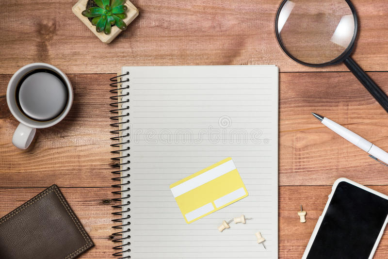 供应和小配件在书桌桌上 在线购物概念 图库摄影