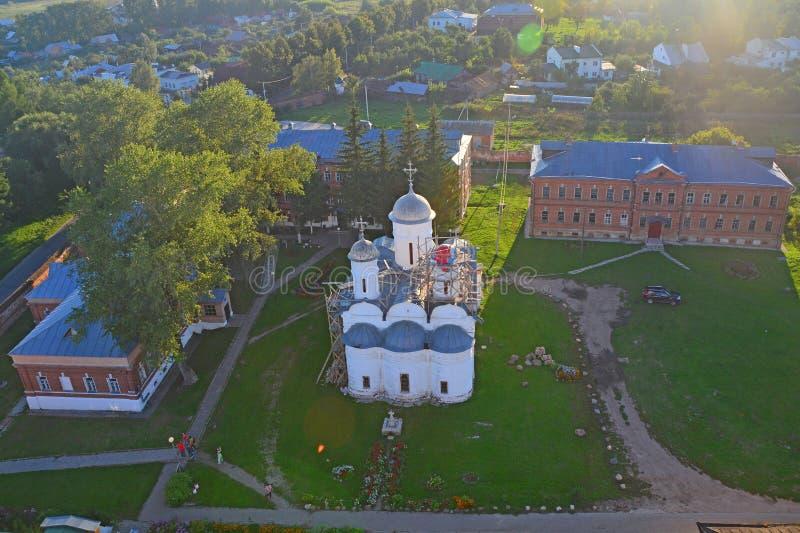 供应大教堂看法在苏兹达尔,俄罗斯应付上帝的母亲从Eufrosinia Suzdalskaya Belltower的  免版税图库摄影