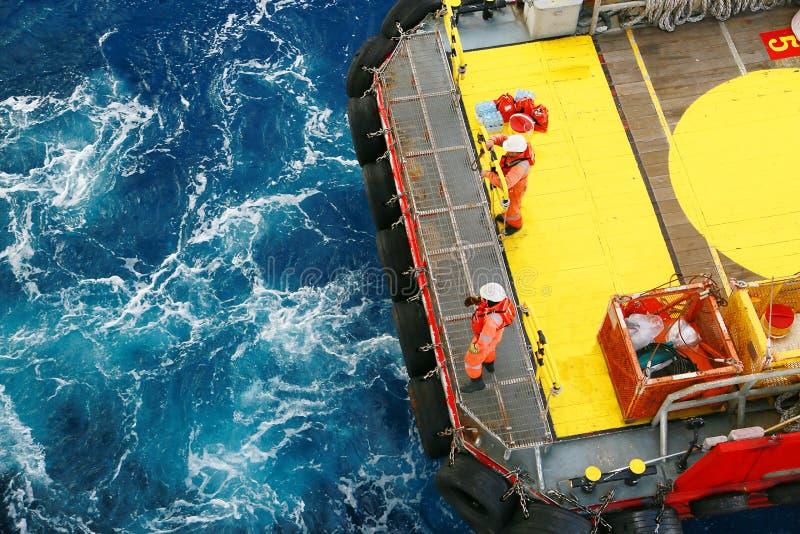 供应小船对油和煤气产业的调动货物和从小船的移动的货物到平台,小船等待的调动货物 免版税库存照片