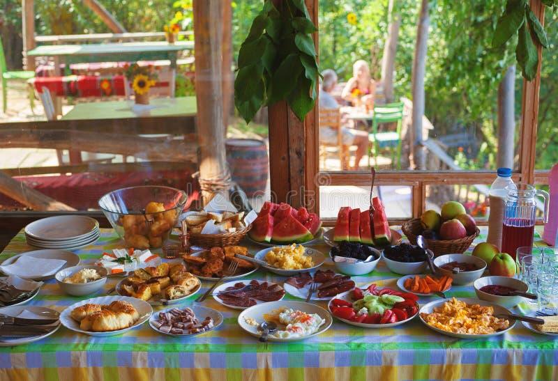 供应的早餐在塞尔维亚村庄 库存图片