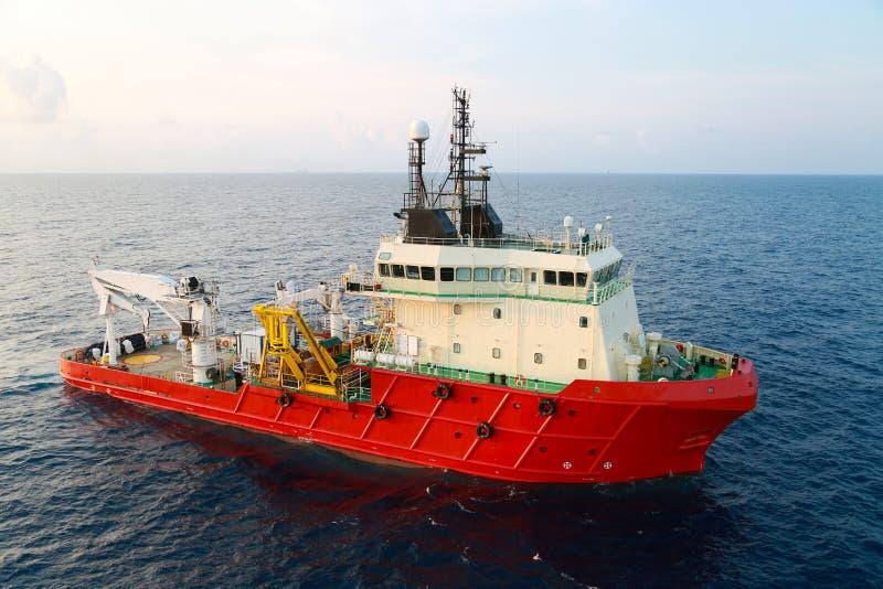 供应运输所有货物或篮子的小船操作对近海处 支持调动所有货物到近海油和煤气产业 免版税图库摄影