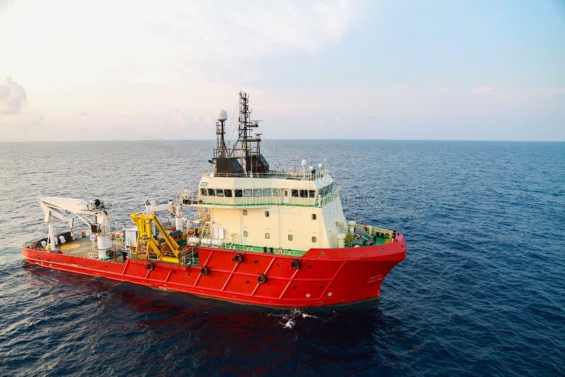 供应运输所有货物或篮子的小船操作对近海处 支持调动所有货物到近海油和煤气产业 图库摄影