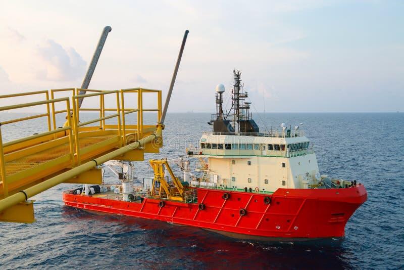 供应运输所有货物或篮子的小船操作对近海处 支持调动所有货物到近海油和煤气产业 免版税库存照片