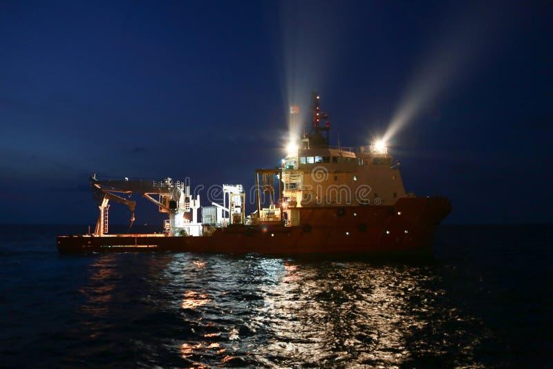 供应运输所有货物或篮子的小船操作对近海处 支持调动所有货物到近海油和煤气产业 库存图片