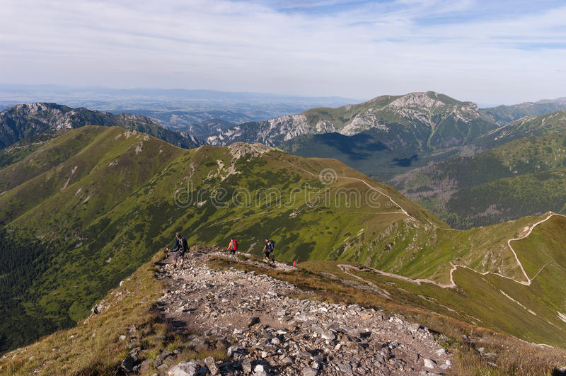 从供徒步旅行的小道的夏天视图在西部Tatra山 图库摄影