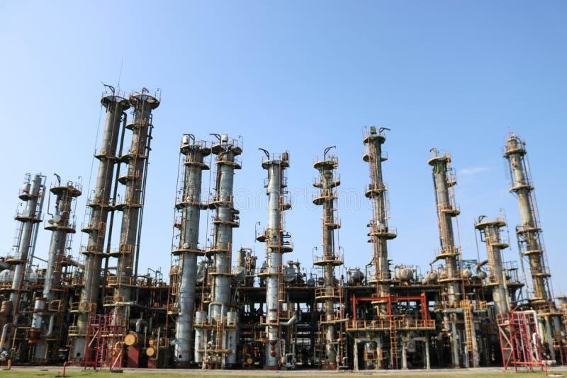 供气分离单位,许多整流化工专栏,交换设备的热在炼油厂,石油化学制品,化学制品 库存照片