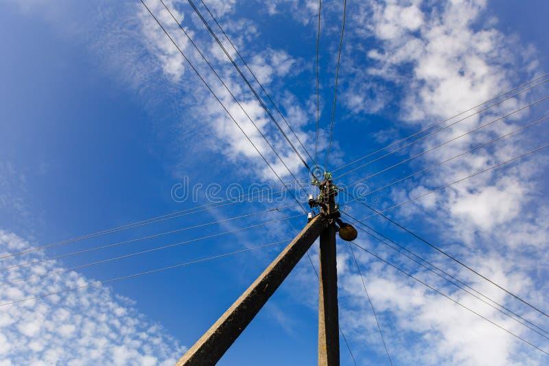 供给住宅区的电岗位把能量特写镜头 免版税库存照片