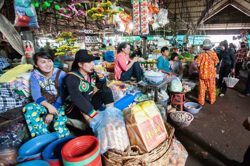 供营商高棉女孩在地方市场上 戈公省 库存图片