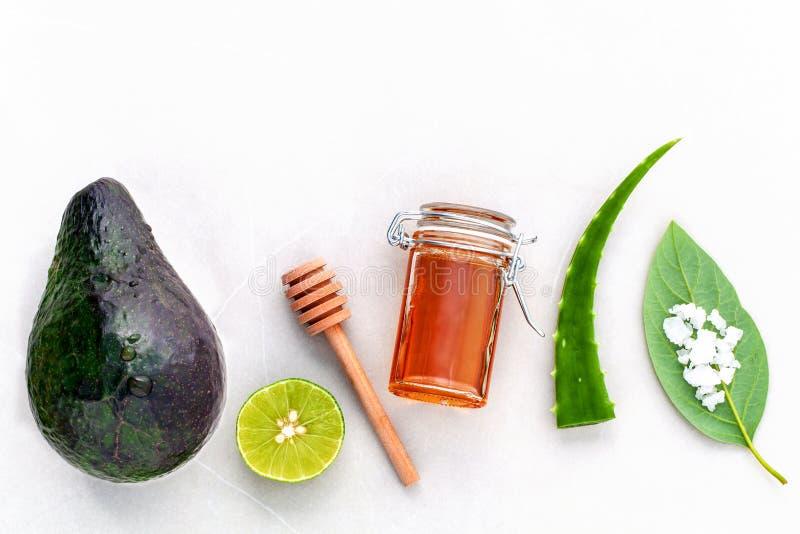 供选择的护肤和洗刷新鲜的鲕梨,叶子,海盐 免版税库存照片