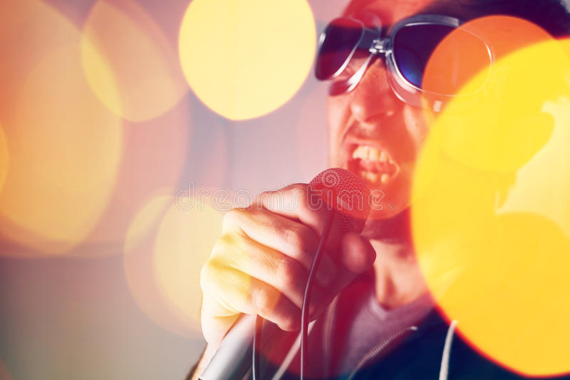 供选择的摇滚乐歌手唱歌歌曲到话筒里 图库摄影