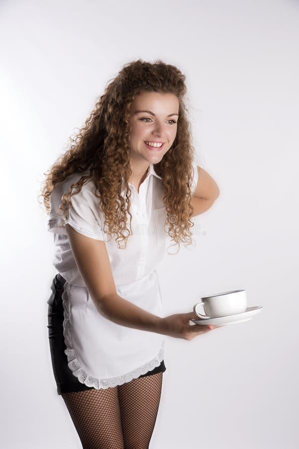 供食一杯茶的女服务员 免版税库存照片