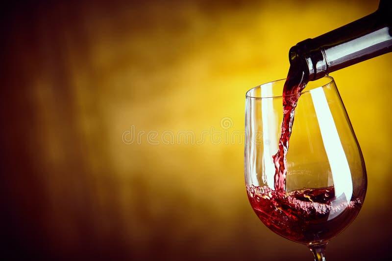 供食一杯从瓶的红葡萄酒 免版税库存照片