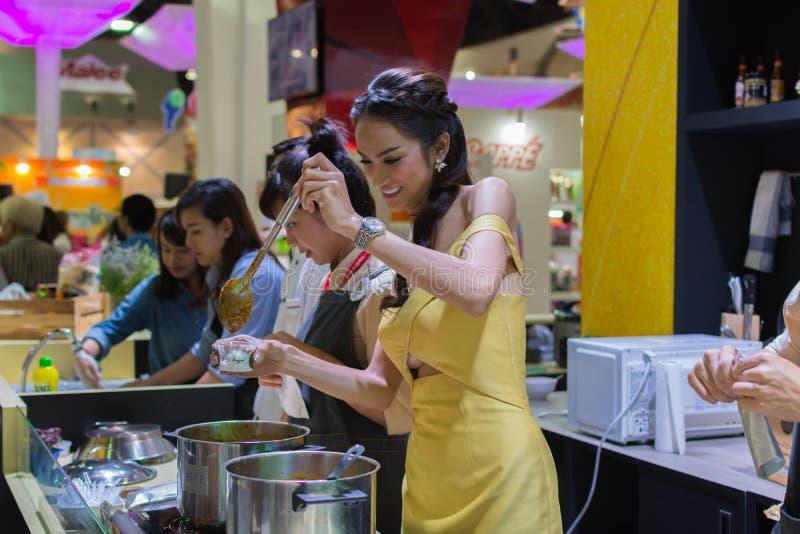 供食热的咖喱的妇女 库存照片