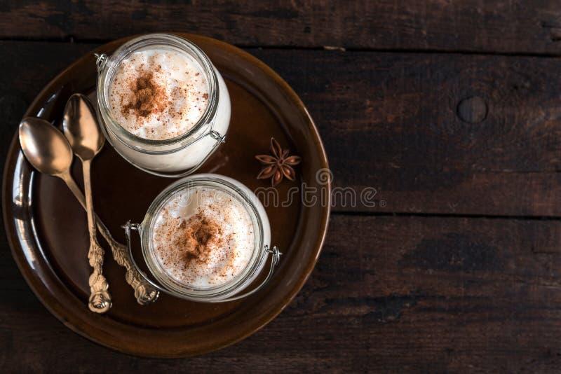 供食的乳脂状的大米布丁 免版税库存照片