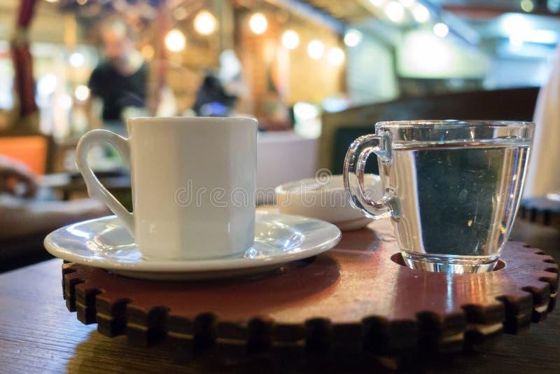 供食的土耳其咖啡以水和欢欣 库存图片