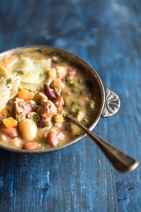 供食的牛肉和豆汤 库存图片