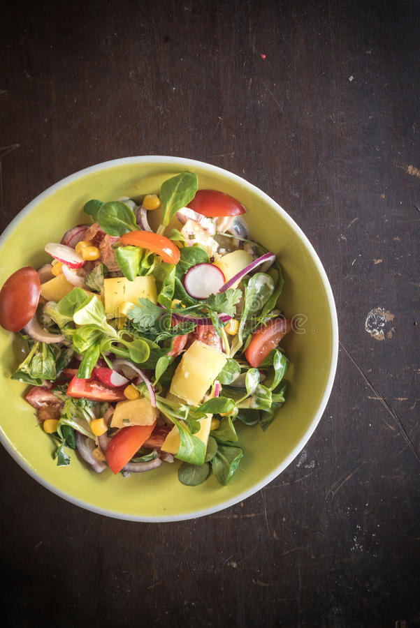 供食的素食沙拉 免版税库存图片