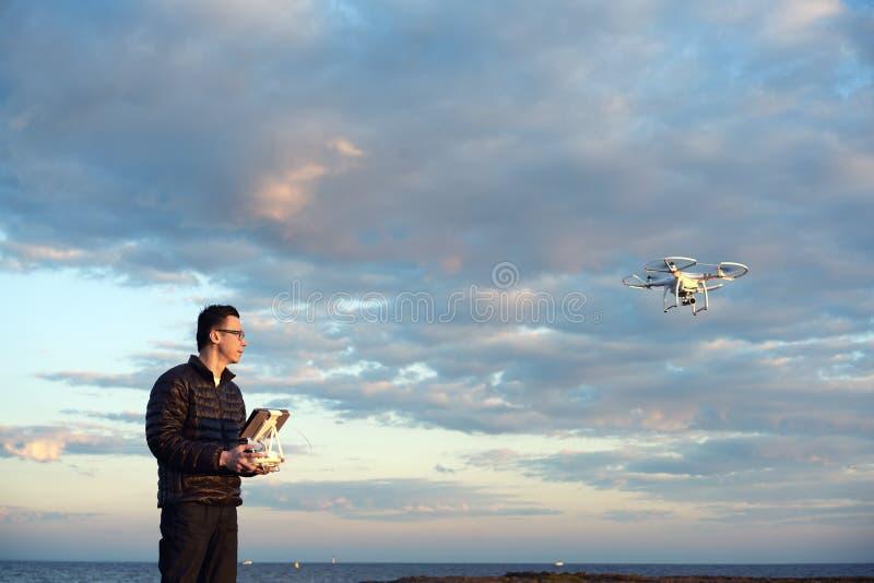 供以人员与遥控的飞行寄生虫在海滩 免版税图库摄影