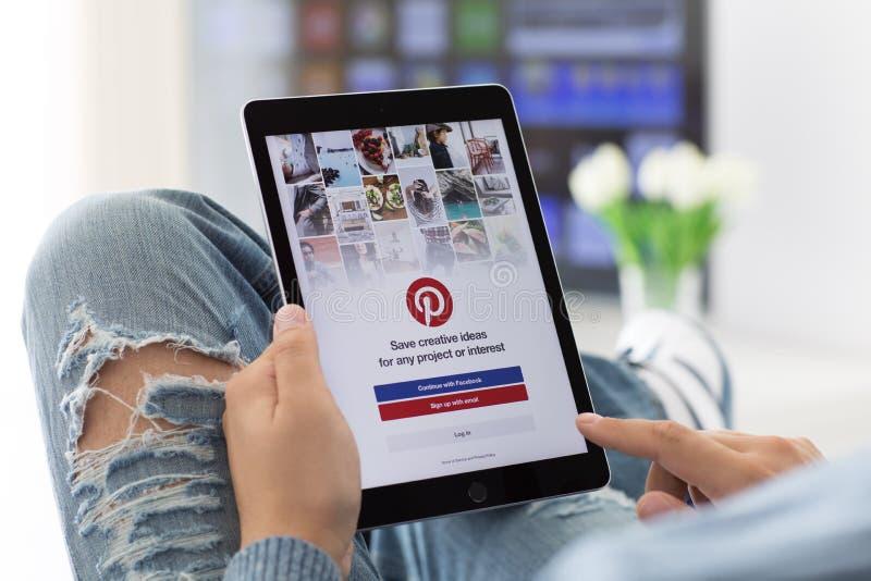 供以人员举行iPad赞成空间灰色社会网路服务Pinteres 库存照片