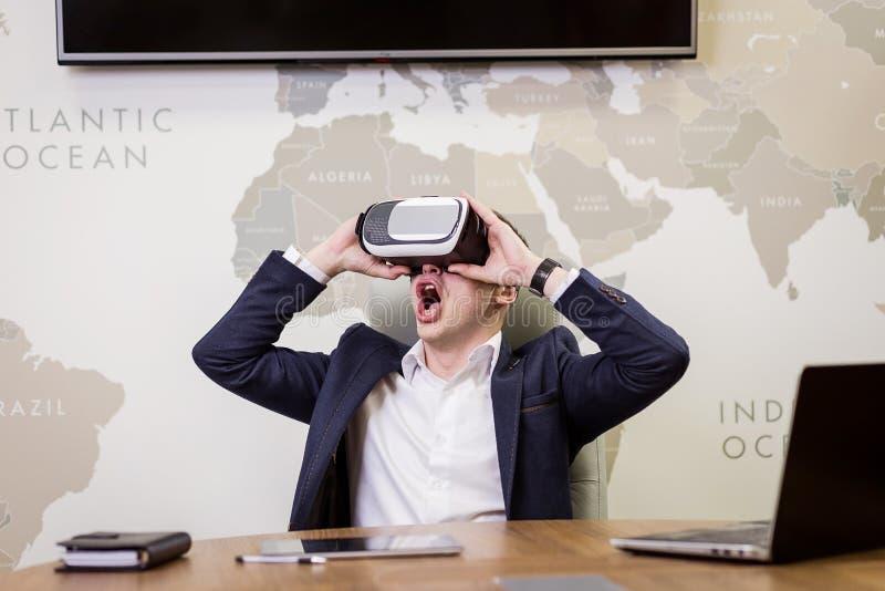 供以人员佩带的虚拟现实风镜,做姿态的商人 库存图片
