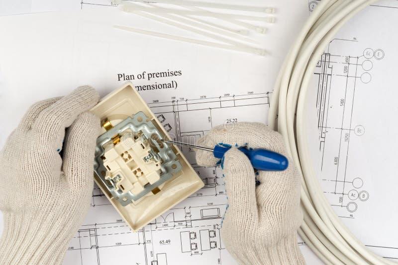 供以人员修理在螺丝刀内的手插口 免版税图库摄影