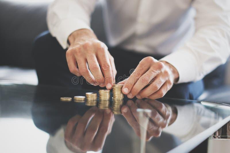 供以人员修造在玻璃书桌上的手金钱专栏 免版税库存照片