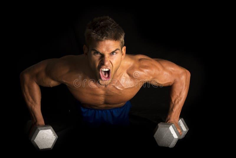 供以人员健身在黑pushup手段的没有衬衣 库存图片