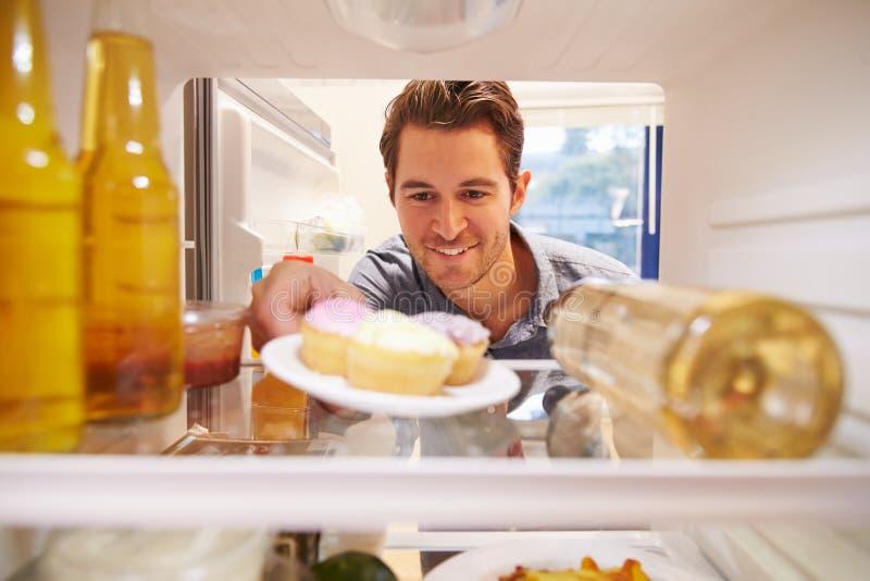 供以人员充分看起来里面冰箱不健康的Foodï ¿ ½ 库存图片