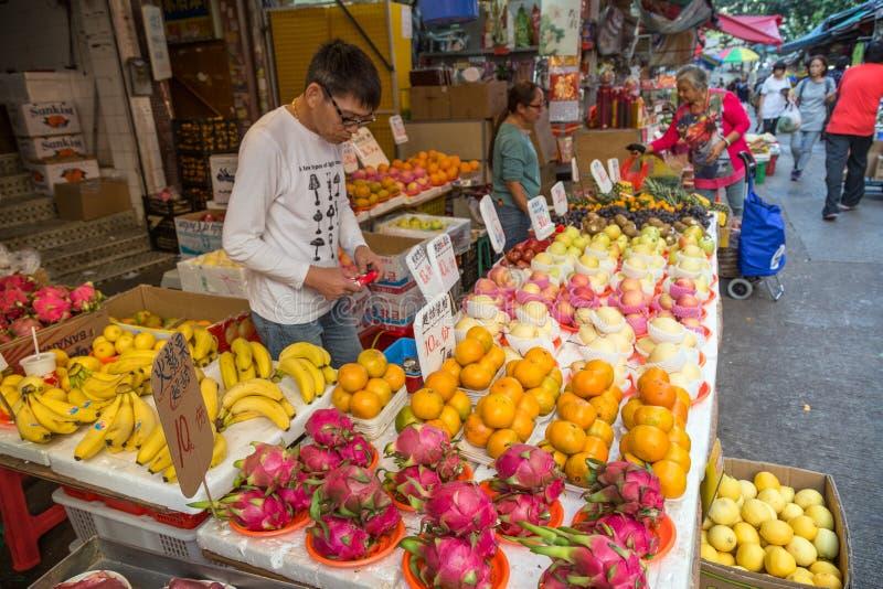 供以人员卖果子在Tai Po,香港的街市上 免版税库存图片