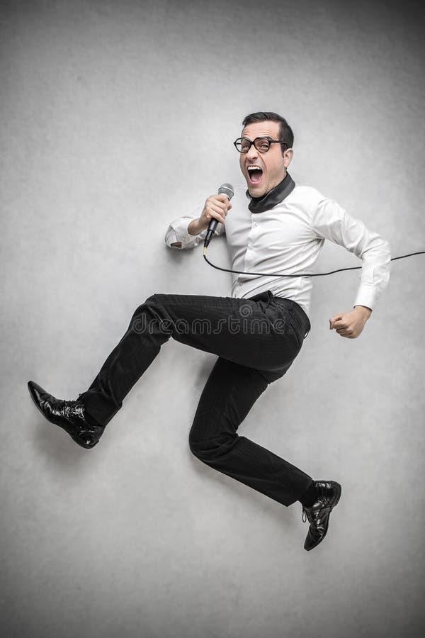 供以人员唱歌入话筒 免版税库存照片