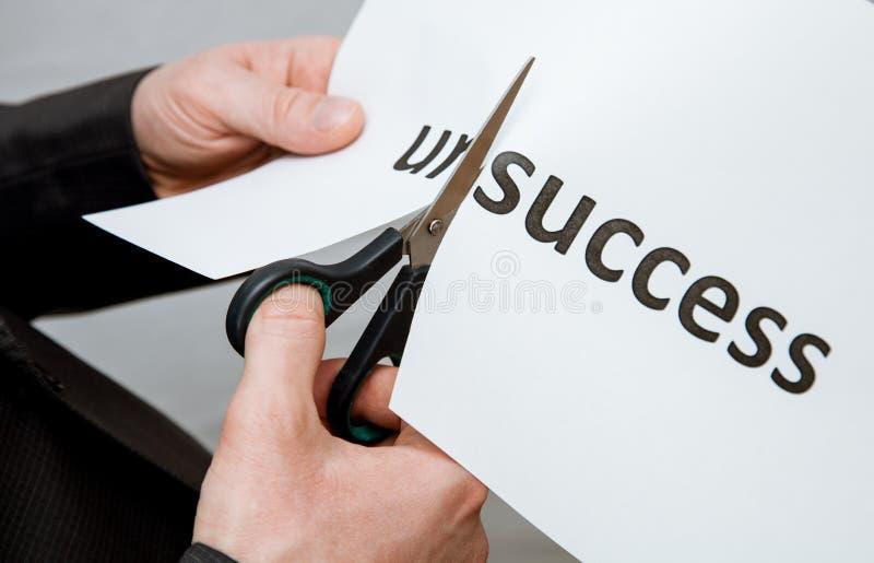 供以人员在一张纸的切口题字与剪刀 图库摄影