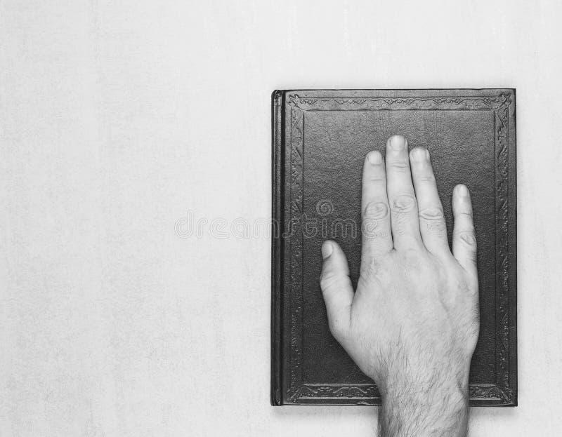 供以人员在书的手,在圣经的誓言 顶视图特写镜头 库存图片