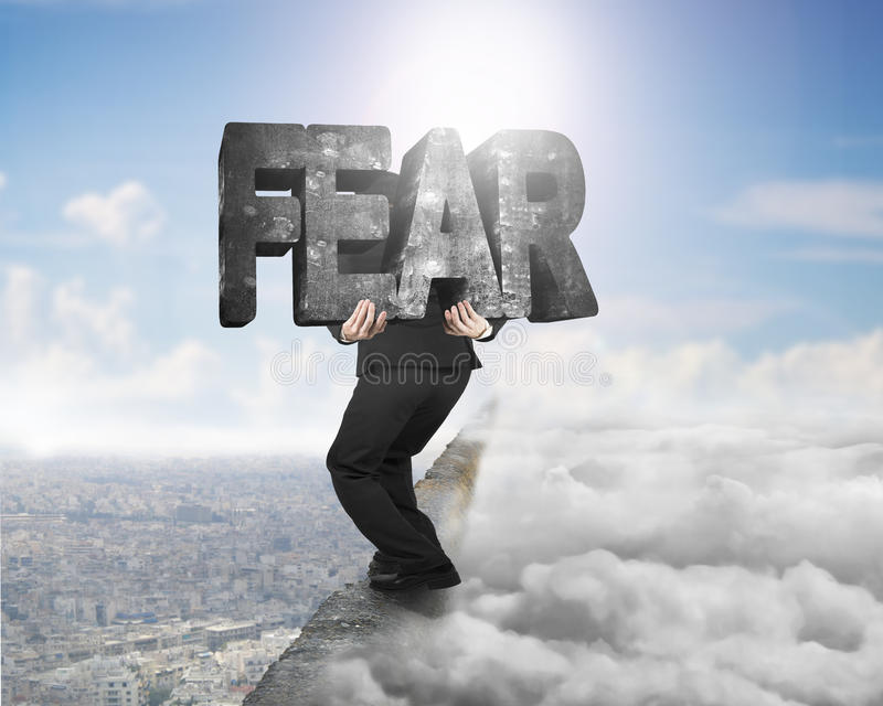 供以人员在土坎的运载的恐惧具体词与cloudscape citysca 库存照片