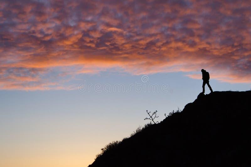 供以人员在小山的剪影,维多利亚, BC 免版税库存照片