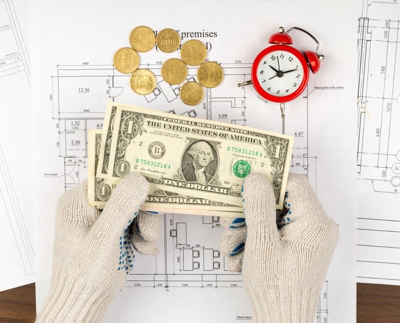 供以人员在拿着在草稿的手套的手现金 免版税库存图片