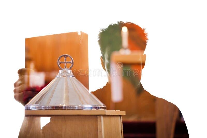 供以人员在显示一本宗教书的剪影的图 免版税库存照片