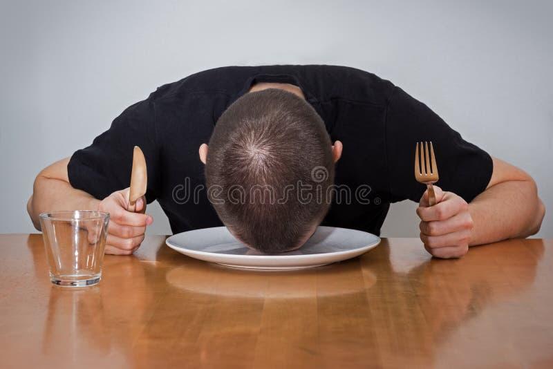 供以人员在板材的睡觉的头,疲乏对等待的食物 免版税库存图片