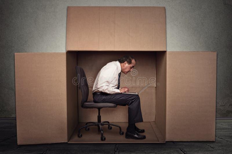 供以人员在运转的箱子坐便携式计算机 免版税库存照片