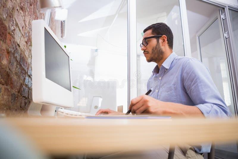 供以人员工作在有计算机和数字化器的书桌 免版税库存图片