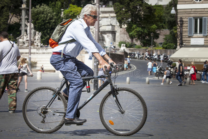 供以人员循环在罗马,意大利的历史的中心 免版税库存照片