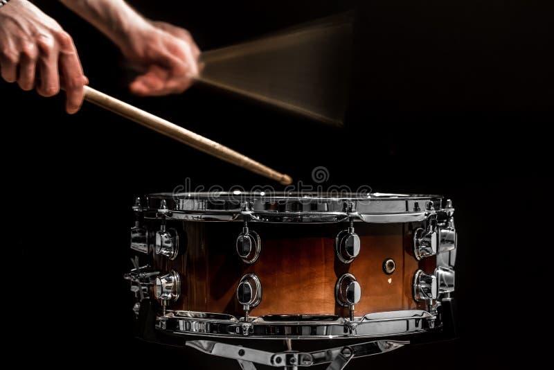 供以人员戏剧音乐打击乐器用棍子与运转的鼓的一个音乐概念 图库摄影