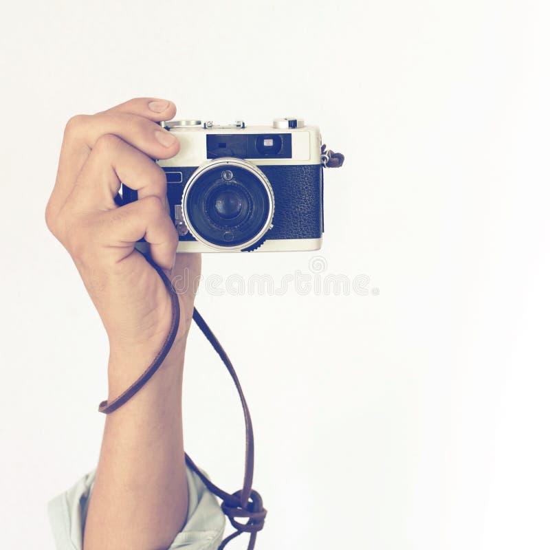 供以人员拿着葡萄酒老照相机的` s手 图库摄影