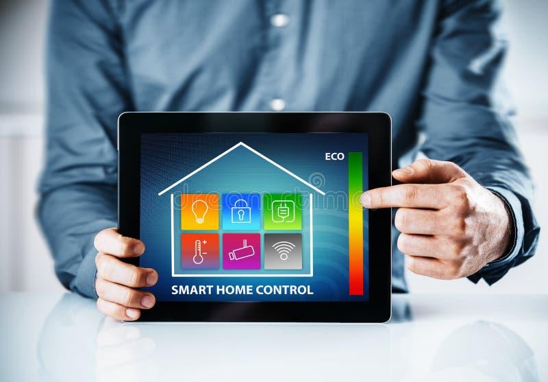 供以人员指向一个聪明的房子的一个接口 免版税库存照片