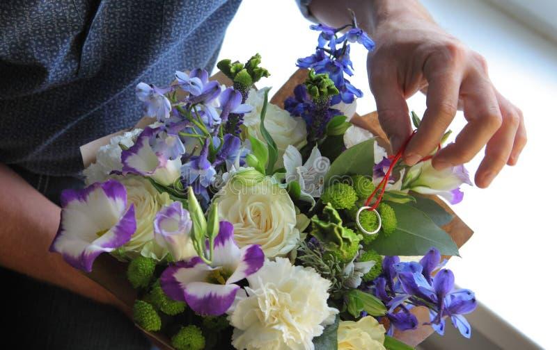 Download 供以人员掩藏定婚戒指在花束 库存照片. 图片 包括有 聘用, 隐藏, 环形, 现有量, beautifuler - 62532388