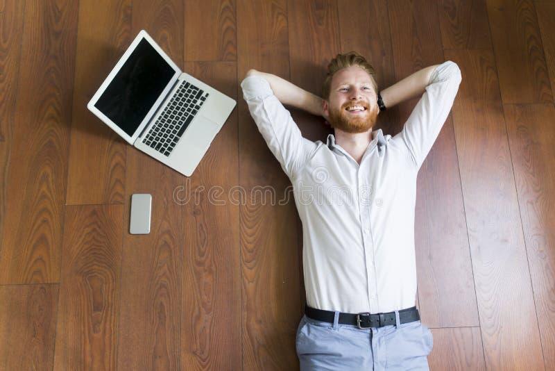 供以人员放置在地板由膝上型计算机 免版税库存图片