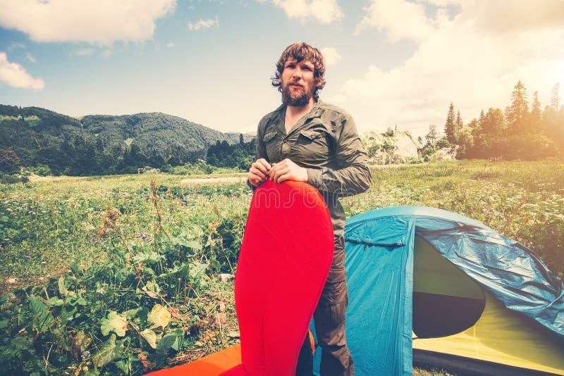 供以人员旅客有胡子的准备的野营的室外设备床垫和的帐篷 免版税库存照片