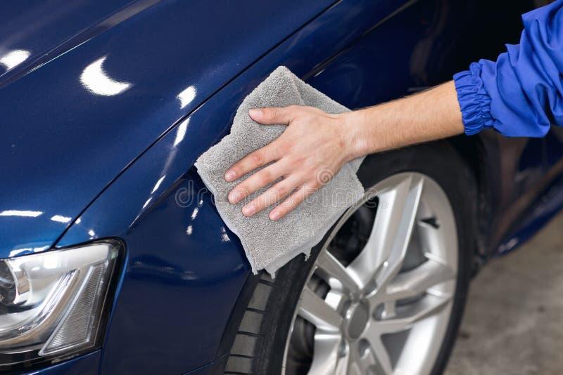 供以人员有microfiber布料的擦亮的清洁汽车,详述或valeting概念 图库摄影