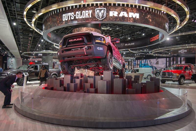 供以人员注视在一辆2017推托Ram 2500力量无盖货车 库存图片