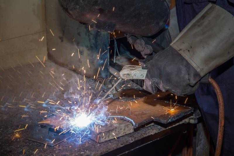 供以人员熟练的运转的工厂焊工,切口,研,钻子 库存图片